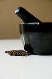Mortero y pimienta negra Fotografía de archivo libre de regalías