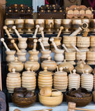 morteros y majas de madera como artículos de cocina Imágenes de archivo libres de regalías