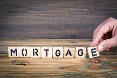 mortgage Letras de madeira no fundo da mesa de escritório, o informativo e da comunicação Imagem de Stock