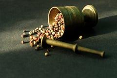 Mortier avec des grains de poivre de mélange photos libres de droits