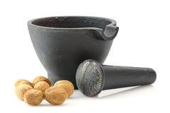 Mortier avec le pilon et la noix de muscade Photos libres de droits