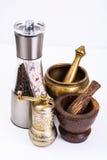 Mortier avec le pilon et moulin pour des épices photos stock