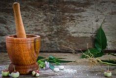 Mortier avec le pilon sur le fond en bois Photos stock