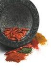 Mortier avec les épices écrasées Photo stock