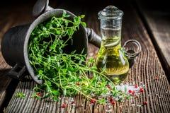 Mortier avec les épices et les herbes vives photographie stock libre de droits