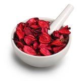 Mortier avec les pétales roses secs image libre de droits