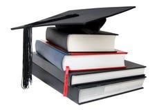 Mortier de graduation sur des livres Image stock