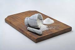 Mortier de marbre sur la planche à découper en bois images libres de droits