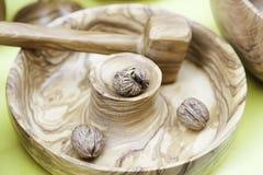 Mortier en bois avec des écrous image libre de droits