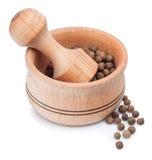 Mortier en bois pour rectifier l'épice sèche avec le poivre de Jamaïque Image stock