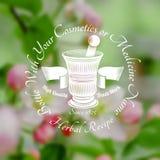 Mortier en stamper met lint in het centrum van vage achtergrond van bladeren en roze bloem Royalty-vrije Stock Afbeeldingen