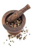 Mortier en stamper met peperbollenmengeling Royalty-vrije Stock Afbeelding
