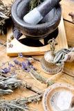 Mortier en Stamper op pentacle altaartegel met droge kruiden, messingsklok, duidelijk kwartskristal stock foto
