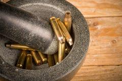 Mortier et pilon avec des balles photos libres de droits