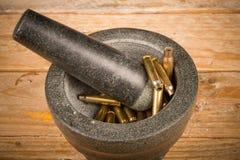 Mortier et pilon avec des balles images stock