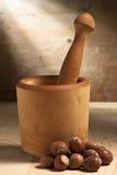 Mortier et pilon avec des noix Photo stock