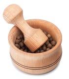 Mortier et pilon en bois avec le poivre de Jamaïque Photos libres de droits