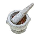 Mortier et pilon en pierre avec le poivre écrasé Photographie stock libre de droits