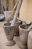 Mortier et pilon tenus dans la main en bois Photo libre de droits