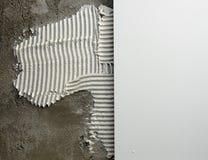 Mortier et tuiles de truelle entaillés par construction image stock