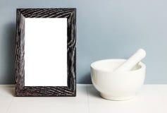 mortier Kom voor pers Wit vaatwerk op lijst Ceramische stijf Omlijstingexemplaar royalty-vrije stock afbeelding