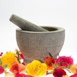 Mortier van steen in roze bloemblaadjes Stock Foto's