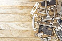 Mortise κλειδαριά πρίν εγκαθιστά την πόρτα και τα εργαλεία στοκ φωτογραφίες
