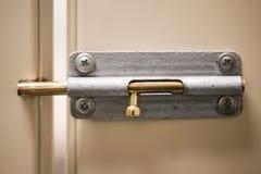 Morto-Bolt sulla porta di legno fotografia stock libera da diritti