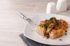 Morue avec la carotte et verts du plat en céramique avec la fourchette horizontale Photographie stock