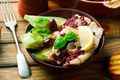 Morue avec les olives et le fenouil photo stock