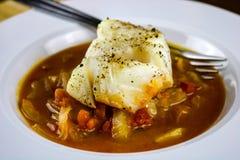Morue cuite au four avec les tomates, le fenouil et les oignons Images libres de droits