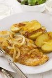 Morues à l'oignon et à la pomme de terre frite sur le plat blanc sur le fond blanc Photos libres de droits