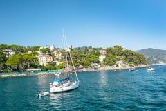 Morza Śródziemnomorskiego niebieskiego nieba krajobrazowy włoch Riviera zdjęcia stock