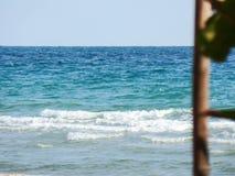 Morza, błękitnych i zielonych drzewa, Zdjęcia Royalty Free