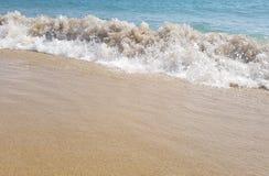 Morza falowy łamanie na plaży w Barcelona, Hiszpania Zdjęcia Royalty Free
