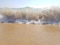 Morza falowy łamanie na plaży w Barcelona, Hiszpania Zdjęcie Royalty Free