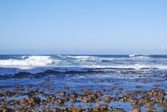 Morza i oceanu fala przychodzi wewnątrz na piasku przy przylądka punktem zdjęcie royalty free