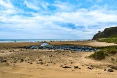 Morza i oceanu krajobraz Mussenden świątynia w Północnym - Ireland Obraz Royalty Free