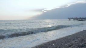 Morza krajobrazowy molo przy zmierzchem Piękna Śródziemnomorska wybrzeże plaża, otoczaki i fala, zbiory wideo
