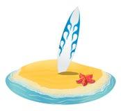 Morza lata krajobrazowa plaża, surfboards wtykał w piasku wyspa w odległości w wakacje Zdjęcia Royalty Free