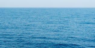 Morza lub oceanu błękitne wody spokojna powierzchnia Fotografia Royalty Free