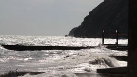 Morza molo przy zmierzchem z słońce promieniami i fala strzał Zmierzch, burza na morzu, falochron Zmierzch słońce opuszcza w zdjęcie royalty free