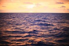 Morza nawierzchniowy tło w czasie i czuć samotnie zmierzchu lub wschodu słońca fala wodny lub denny spływanie z niespokojnym w na Fotografia Royalty Free
