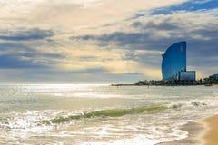 Morza niebieskiego nieba piaska słońca światła dziennego relaksu krajobrazu plażowy punkt widzenia dla projekta kalendarza i pocz Obrazy Royalty Free