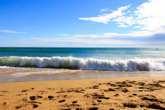 Morza niebieskiego nieba piaska słońca światła dziennego relaksu krajobrazu plażowy punkt widzenia dla projekta kalendarza i pocz Obraz Royalty Free