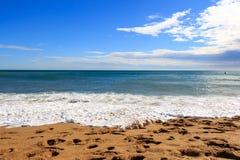 Morza niebieskiego nieba piaska słońca światła dziennego relaksu krajobrazu plażowy punkt widzenia dla projekta kalendarza i pocz Fotografia Stock