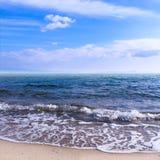 Morza niebieskiego nieba piaska słońca światła dziennego relaksu krajobrazu plażowy punkt widzenia dla projekta kalendarza w Cret Zdjęcia Royalty Free