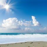 Morza niebieskiego nieba piaska słońca światła dziennego relaksu krajobrazu plażowy punkt widzenia dla projekta kalendarza w Cret Fotografia Stock