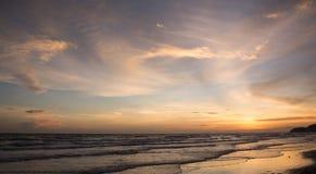 morza niebieskiego nieba piaska słońca światła dziennego relaksu krajobrazu plażowy punkt widzenia dla projekta kalendarza w Thai Zdjęcie Stock