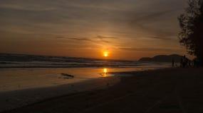 morza niebieskiego nieba piaska słońca światła dziennego relaksu krajobrazu plażowy punkt widzenia dla projekta kalendarza w Thai Obrazy Stock